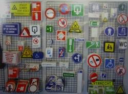 Stickers op rol worden vaak gebruikt voor etiketten op flessen of andere materialen.